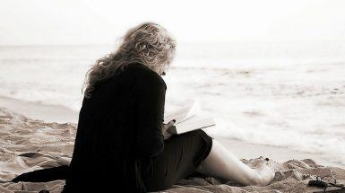 citanje_knjiga_plaza_samoca_usamljenost_pixabay